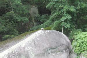 ein kleiner Stein auf einem großen Stein